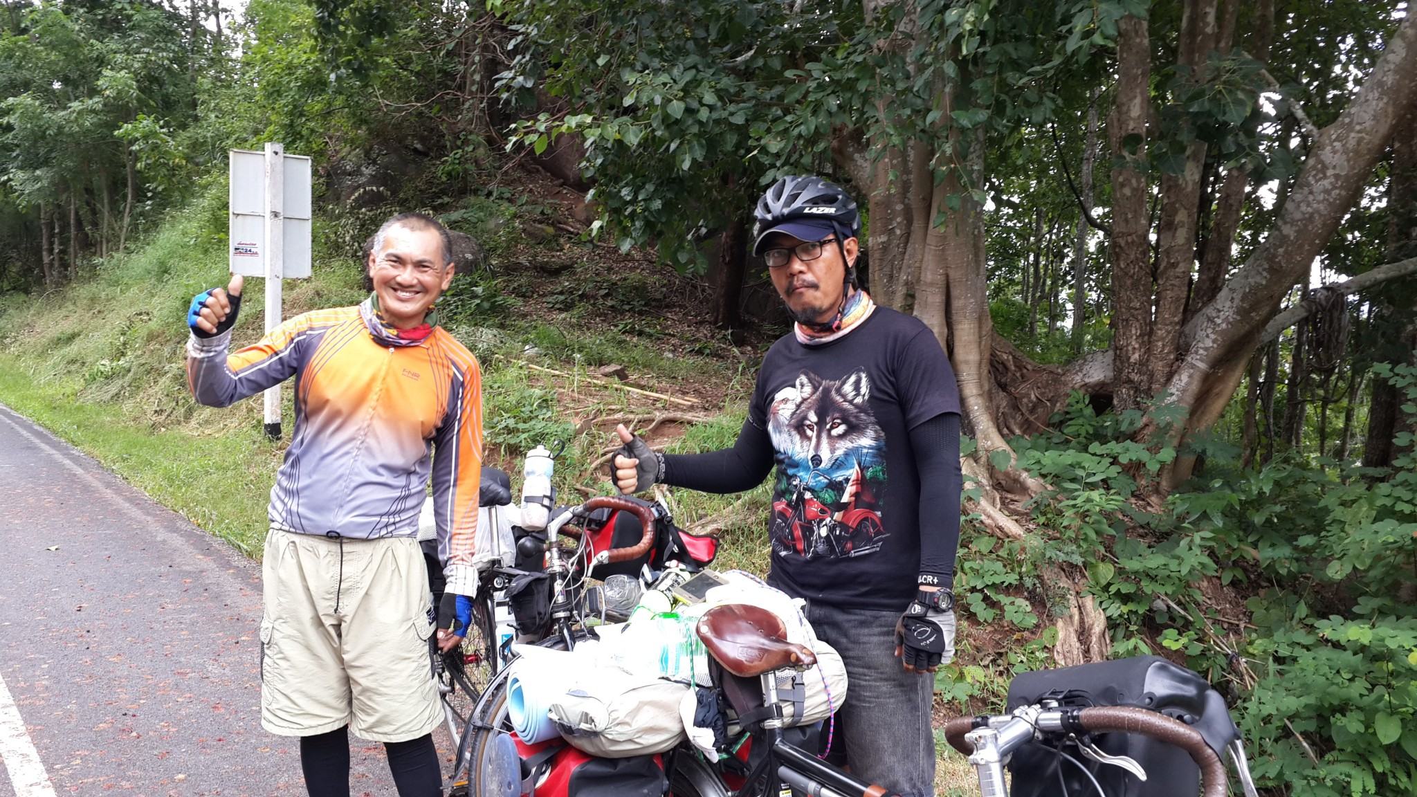 A couple of cyclist from Bangkok I met while cycling through Nam Nao National Park.